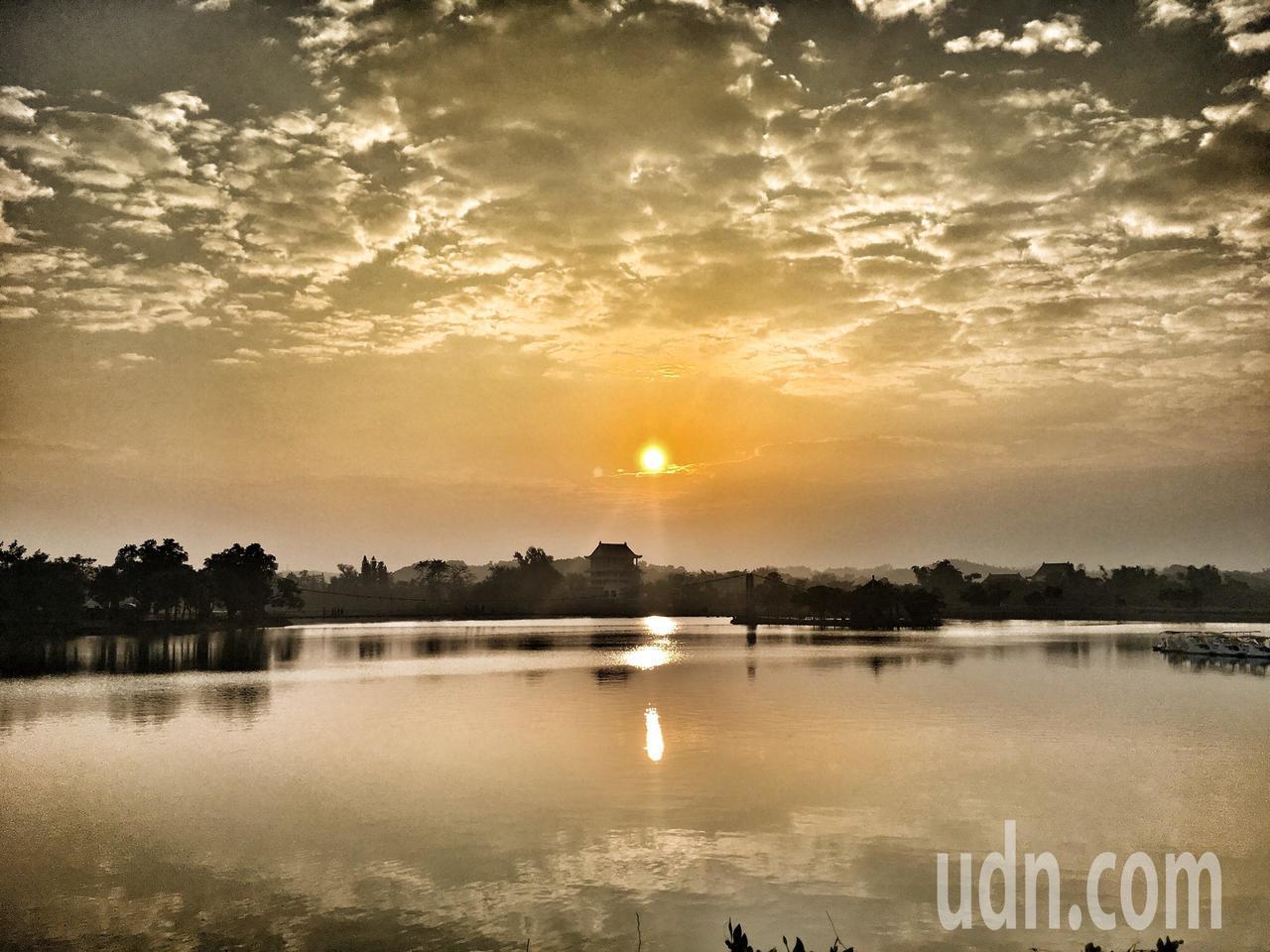 台南虎頭埤日出晨曦湖光倒影之美,很早就有小日月潭之稱。記者吳淑玲/攝影
