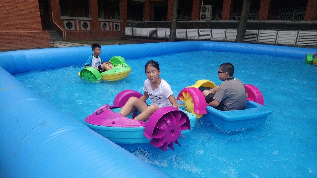 氣墊水划船。 記者卜敏正/攝影