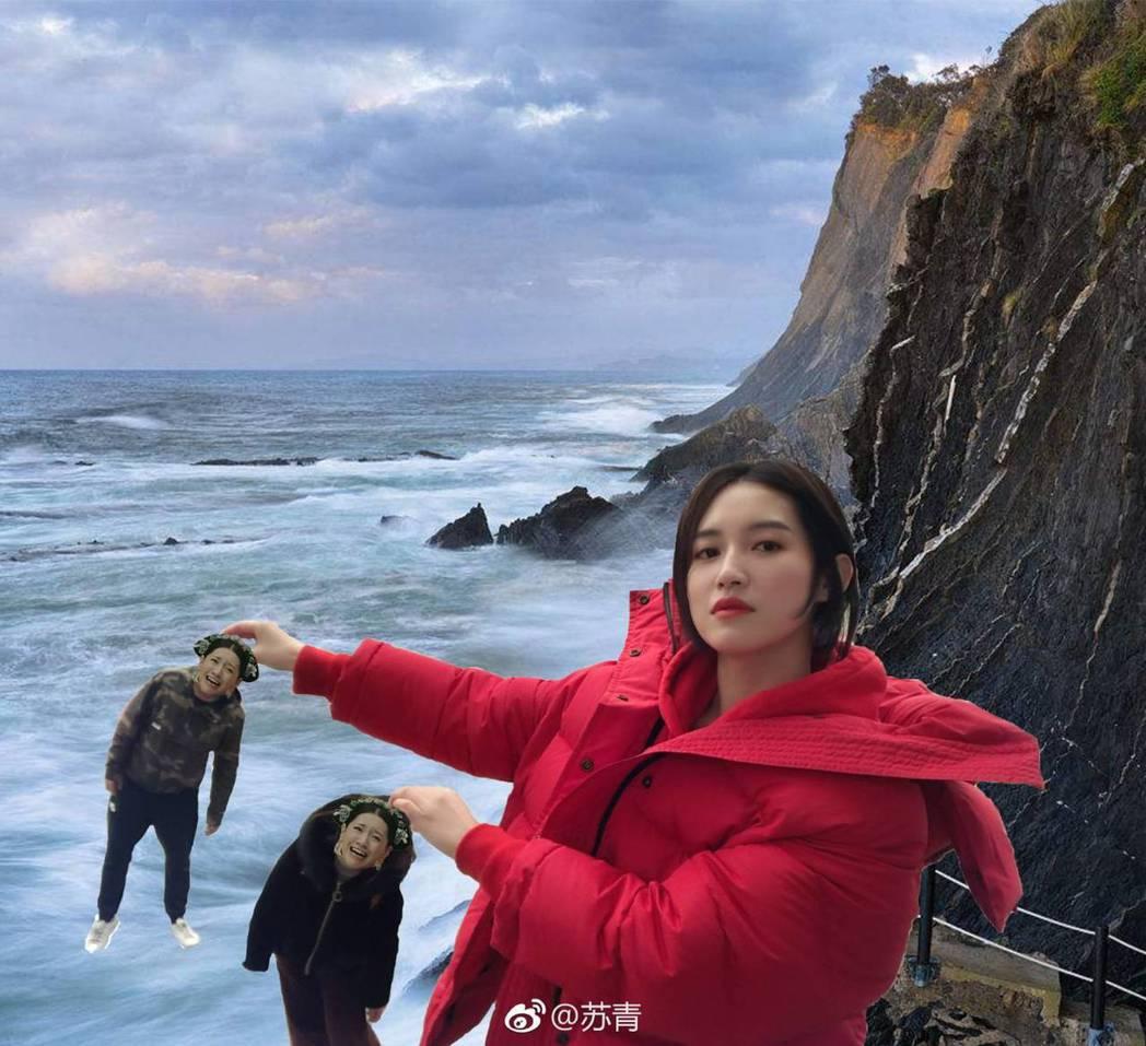 蘇青抓了「爾晴」小人要往海裡丟。圖/摘自微博