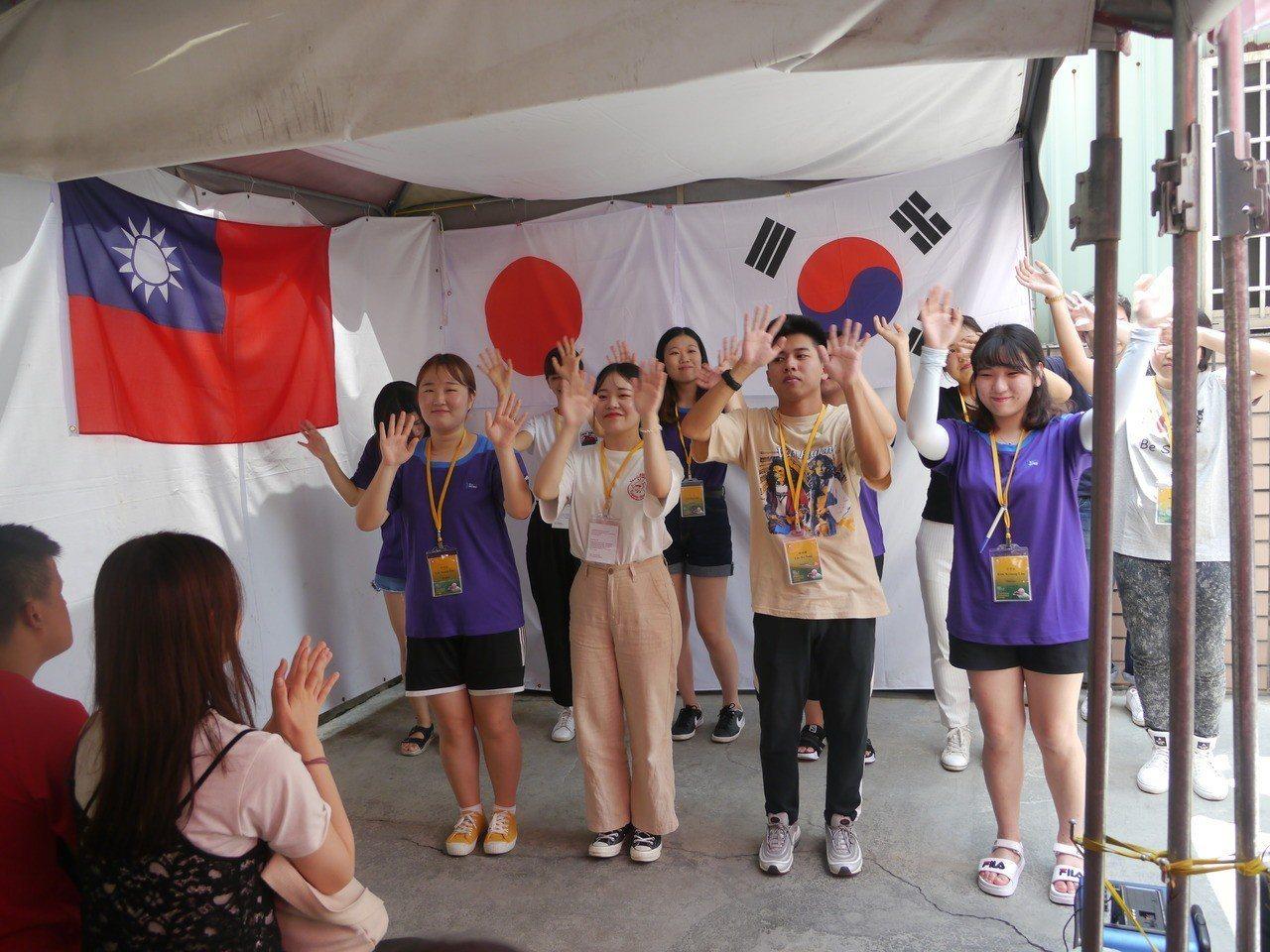 志工學生表演拿手歌舞,取悅台下身障朋友。記者徐白櫻/攝影