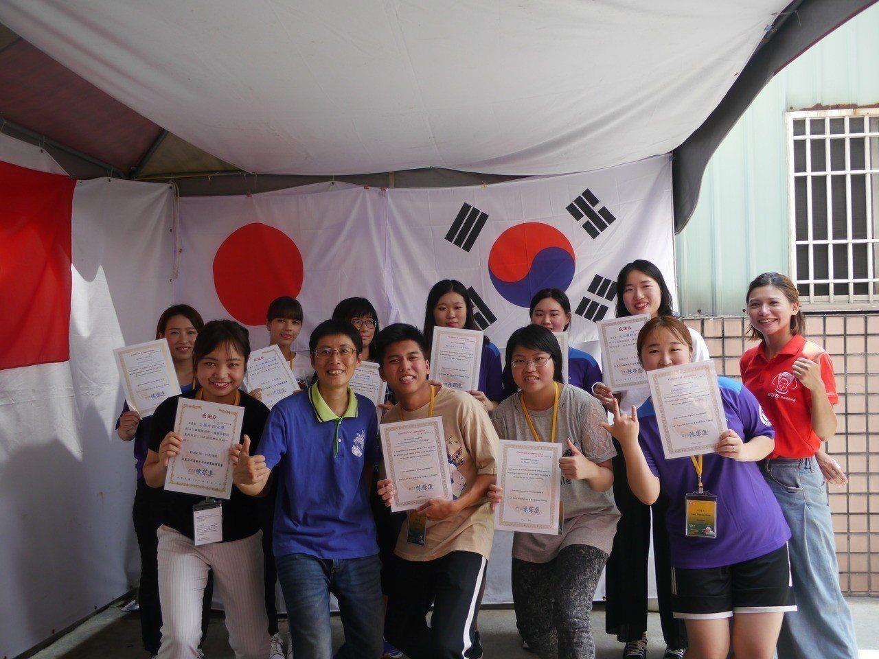 為感謝國際學生來台服務,高市方舟就業服務協會頒發感謝狀給志工。記者徐白櫻/攝影