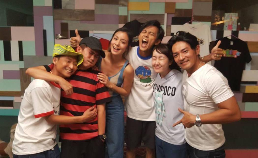 「食尚玩家」主持群私下大會合,浩子(左起)、顏永烈、莎莎、阿翔、巴鈺和夢多,如今