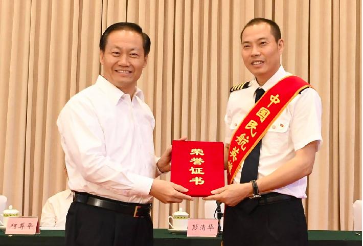 機長劉傳健6月被授予「中國民航英雄機長」稱號。(香港01報導)