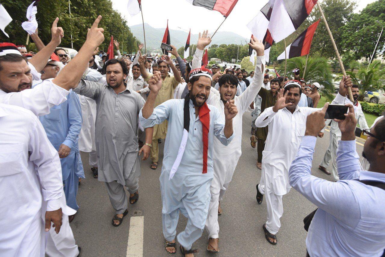 巴基斯坦在野陣營8日在全國各地示威抗議大選不公,伊斯蘭馬巴德的示威隊伍前進到中選...