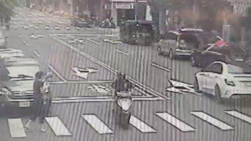 新北市詹姓婦人今天走行人穿越道穿越馬路時,遭直行汽車撞飛半層樓高,嚇壞目擊民眾。...