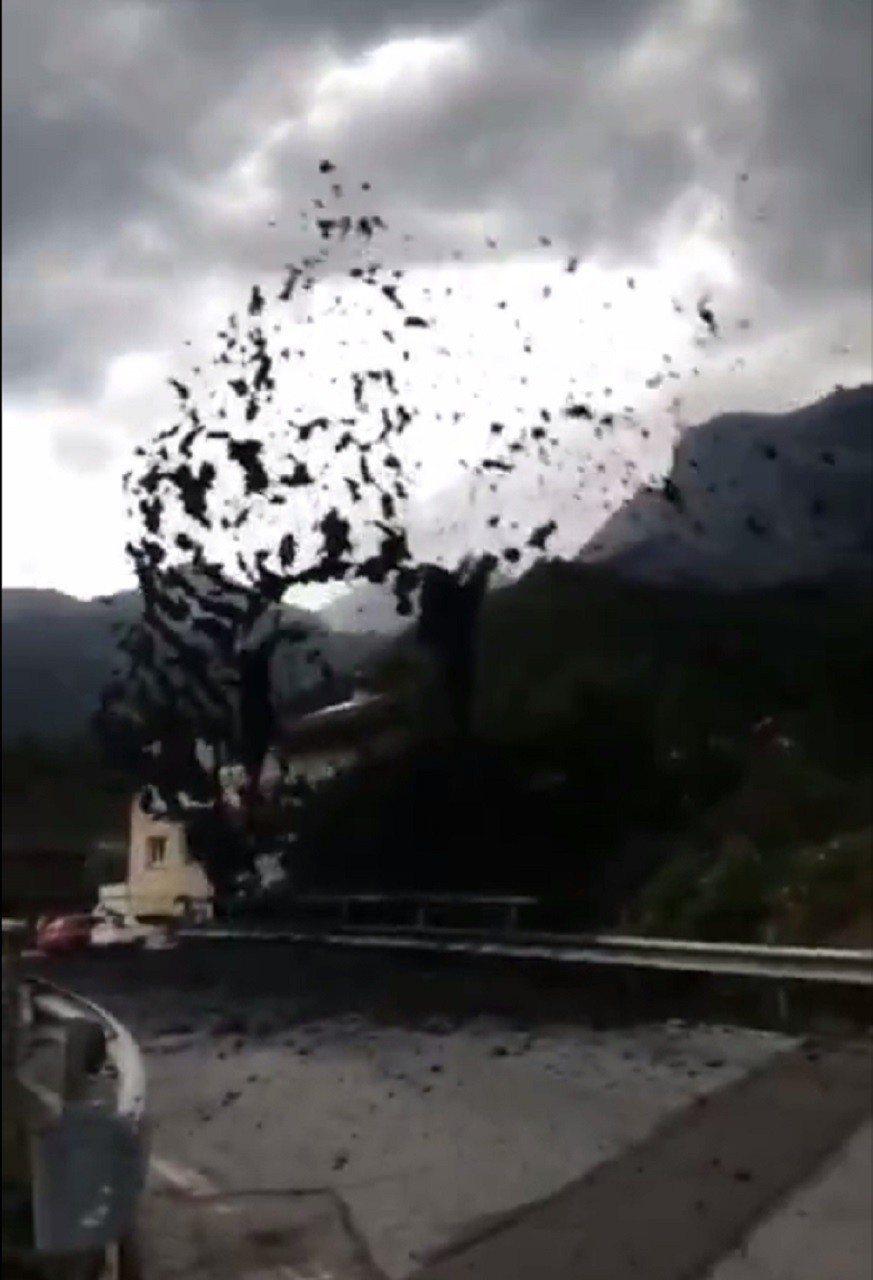 瑞士南部小鎮,因為山區連日大雨,7日爆發土石流,漆黑泥流高速撞擊橋墩,把土石流噴...
