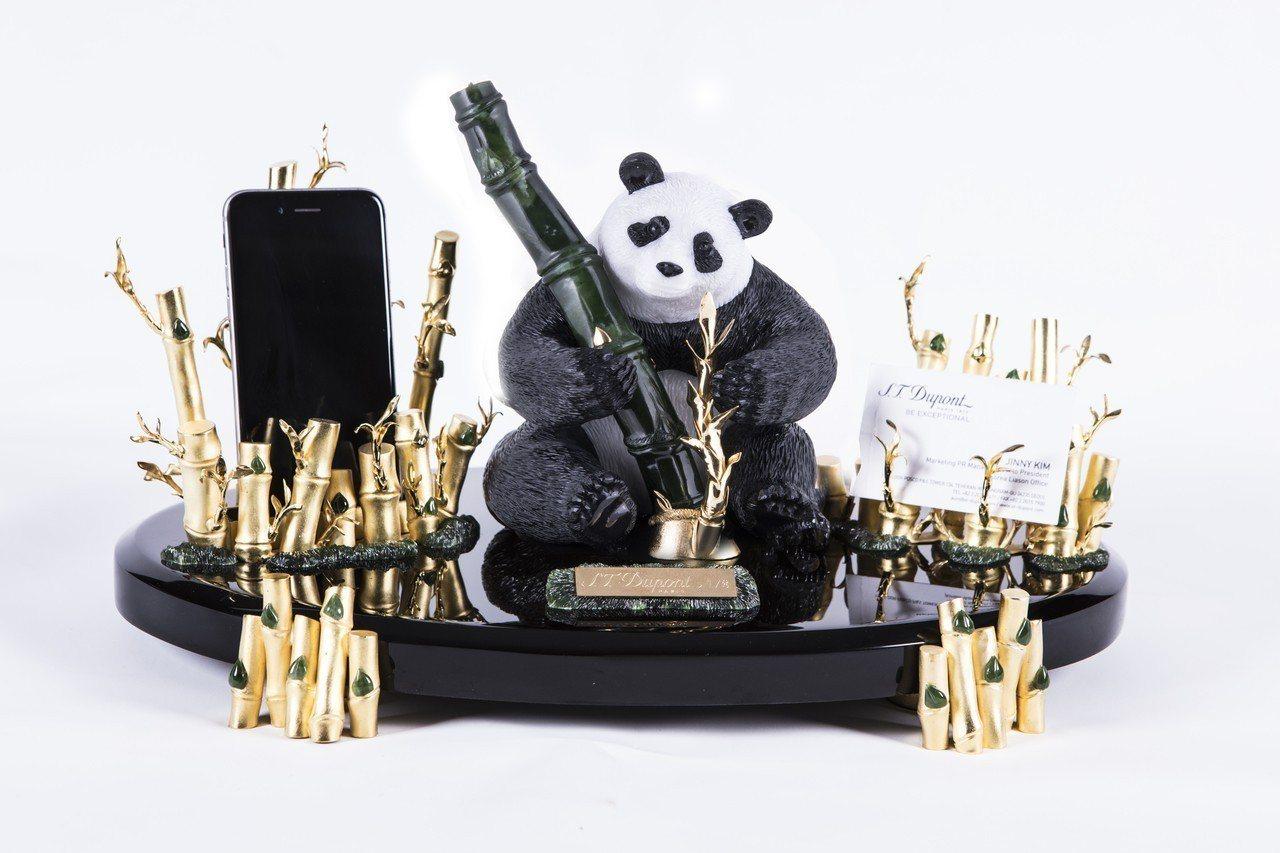 S.T. Dupont熊貓軟玉鋼筆高級訂製款,限量8件,148萬元。圖/迪生提供