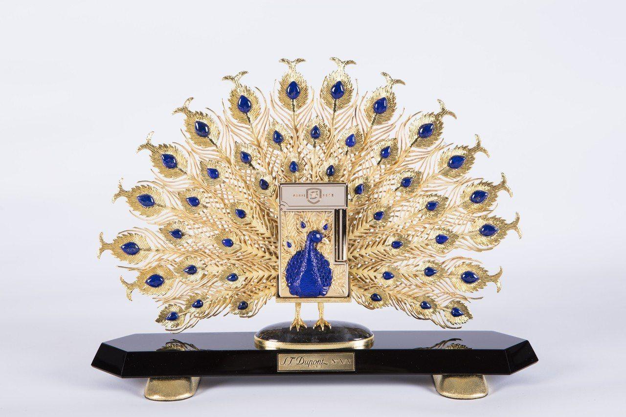 S.T. Dupont孔雀打火機青金石高級訂製款,青銅鑄黃金潤飾鑲嵌鑽石眼睛,限...