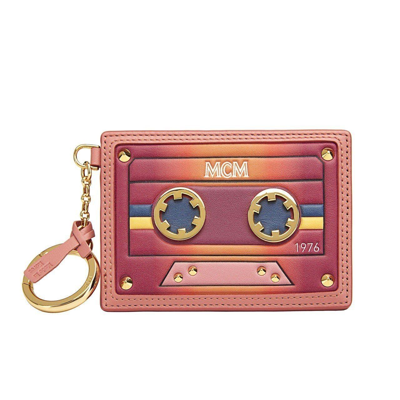 MCM Cassette裸粉色鑰匙扣卡片夾,售價8,000元。圖/MCM提供