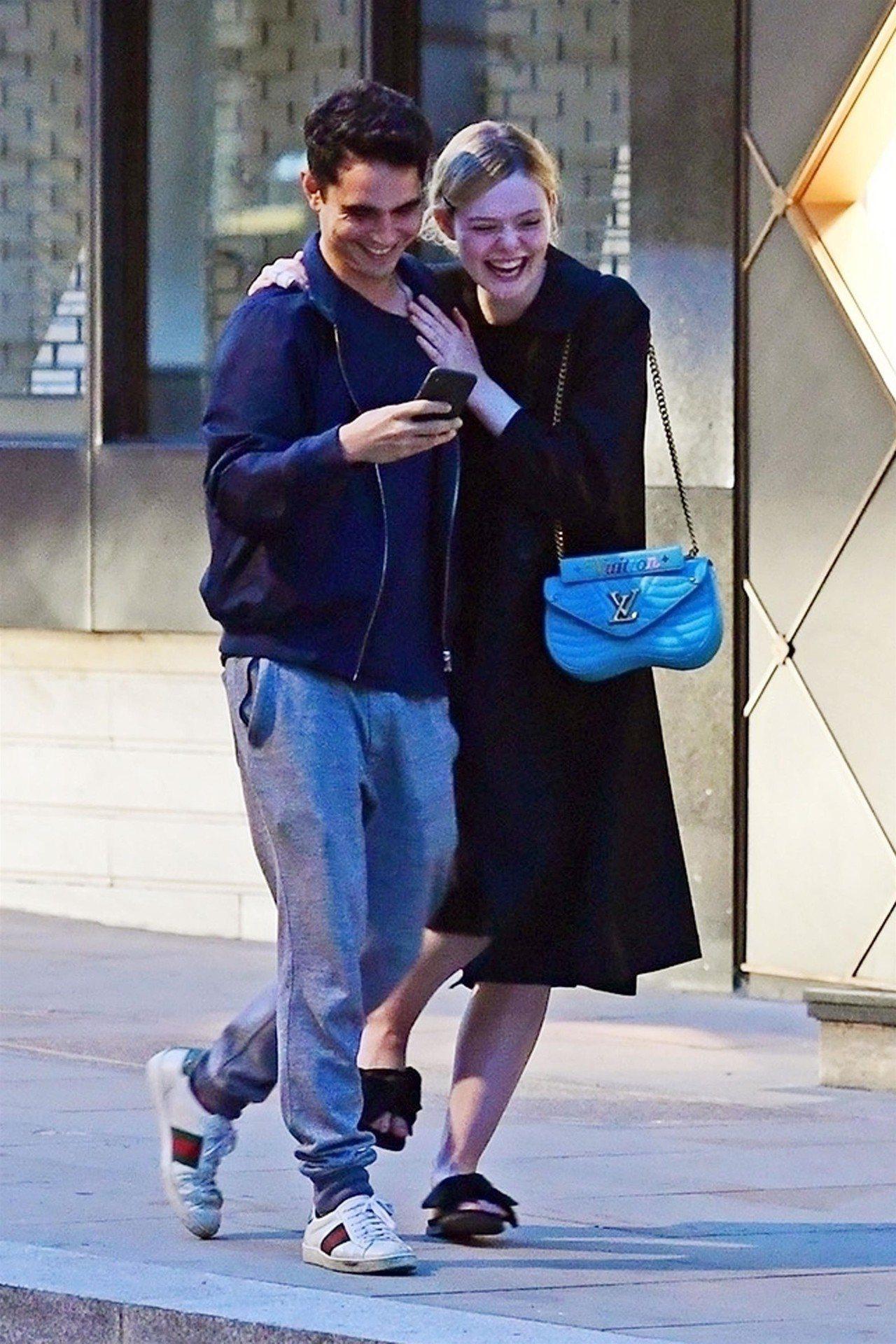 艾兒芬妮背著路易威登New Wave包款大街上煲緋聞愛戀,笑得多甜。圖/LV提供