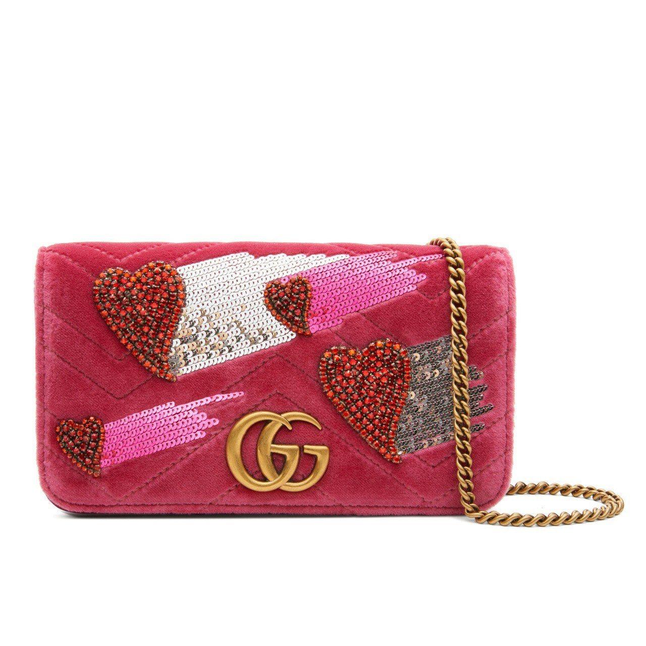 GUCCI GG Marmont桃紅水晶愛心刺繡迷你鍊帶包,售價54,500元。...