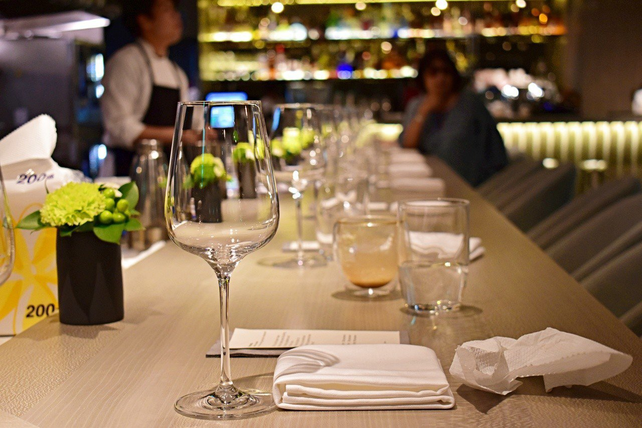 IMPROMPTU特別在餐廳中放置長板吧台。記者魏妤庭/攝影