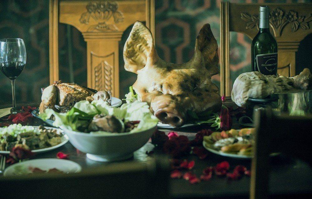 為了製造恐怖氛圍,庹宗華建議導演餐桌放上豬頭。圖/緯來電影台提供