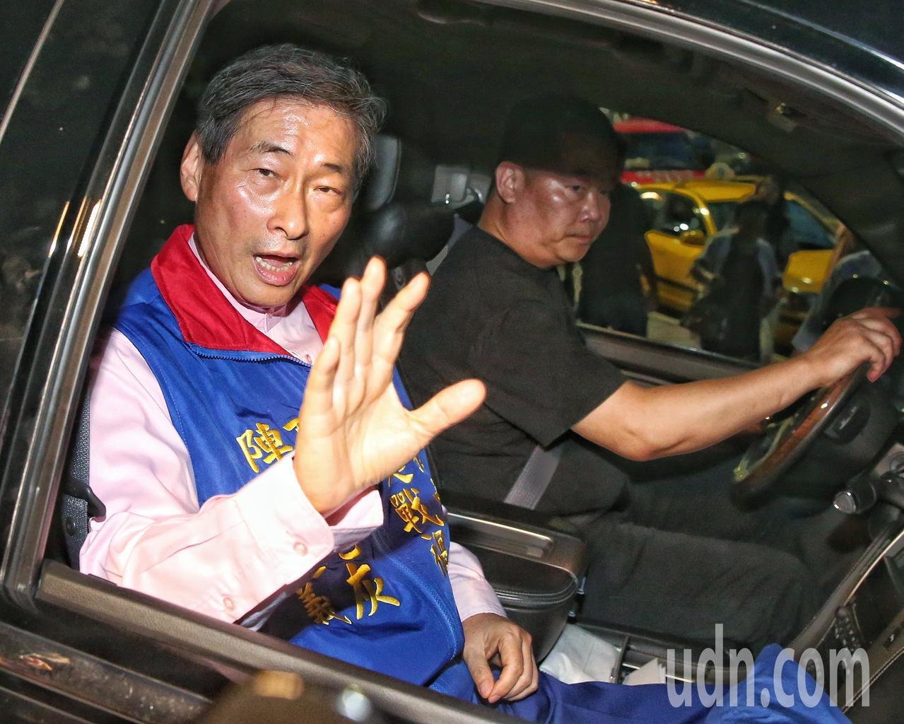 張安樂(左)坐車離去。記者鄭清元/攝影