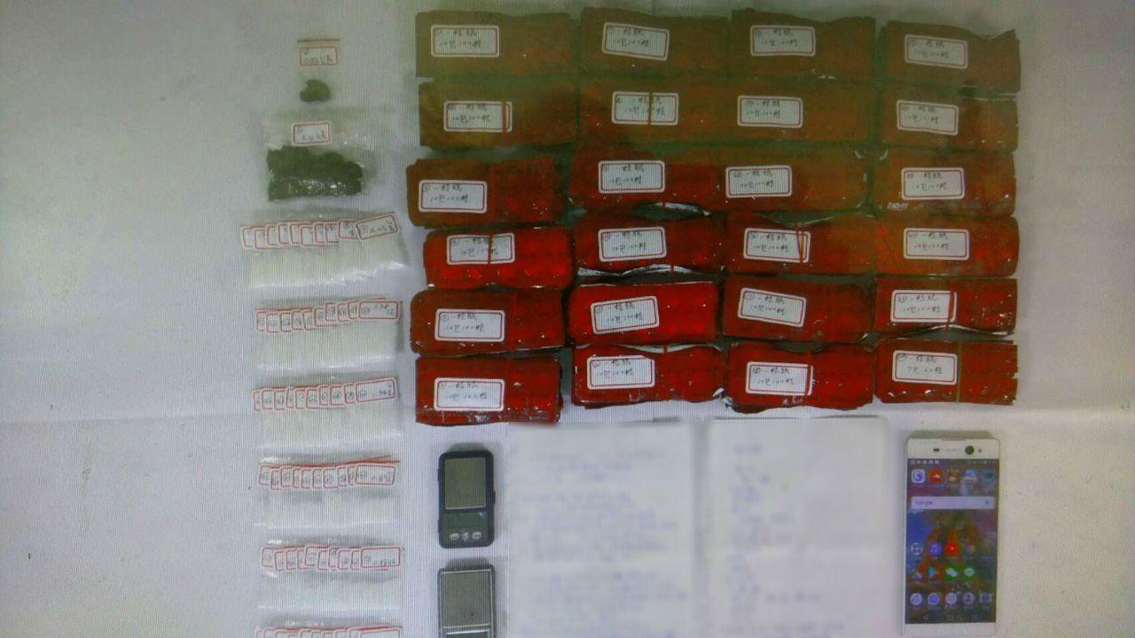 警方查獲三級毒品一粒眠、K他命、大麻及「毒品製作秘笈」手稿等物。記者張媛榆/翻攝
