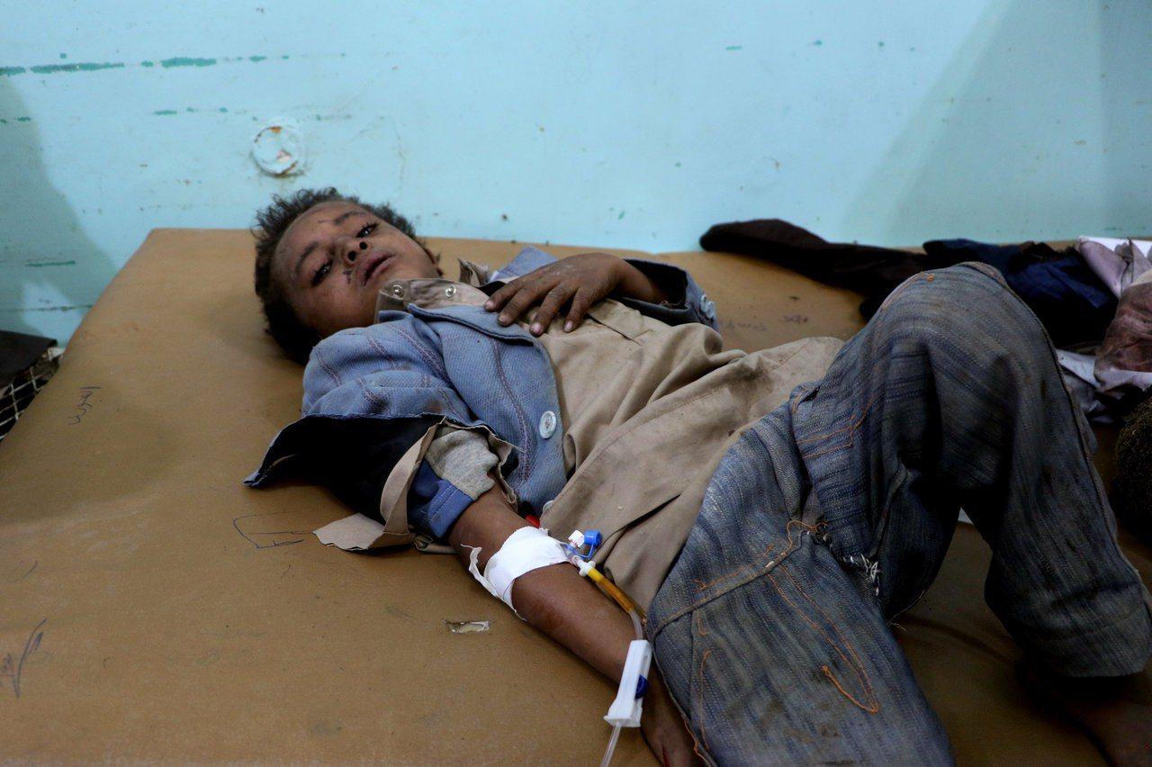 因空襲受傷的校車1名學童在醫院接受治療。路透
