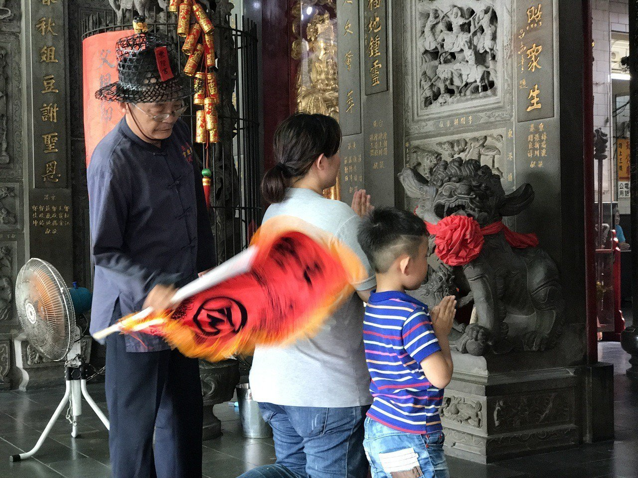 男女老少跪在神壇前接受一般的「小改」。記者蔣繼平/攝影