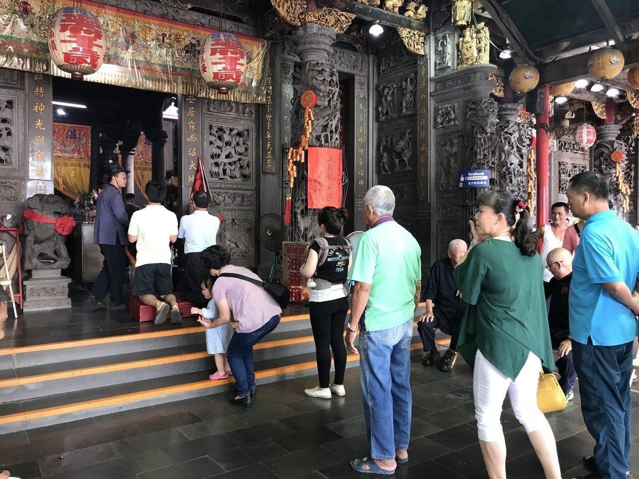 屏東的東港東隆宮趕著改運的排隊人潮增多。記者蔣繼平/攝影