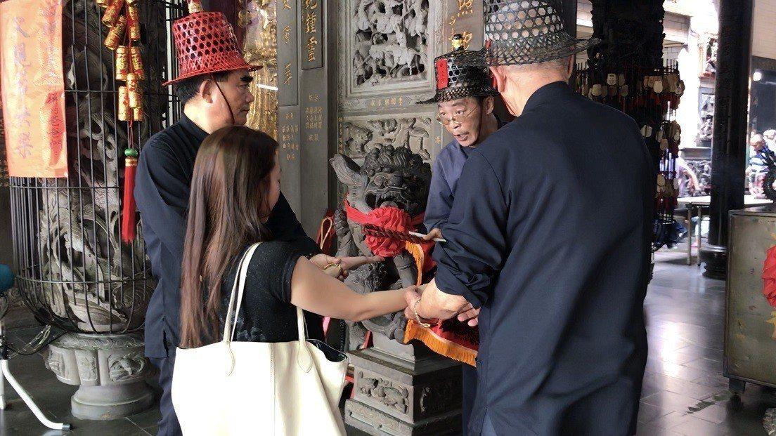 必須「大改」的女生,則脫鞋跪著由班頭拿鞭條「打手心」。記者蔣繼平/攝影