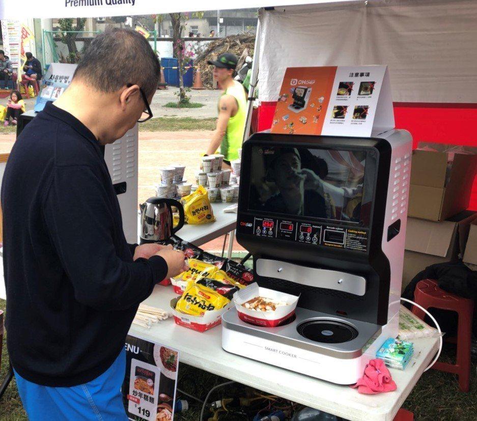 新光三越五家超市首度引進來南韓特有的「自動泡麵機」。圖/新光三越提供