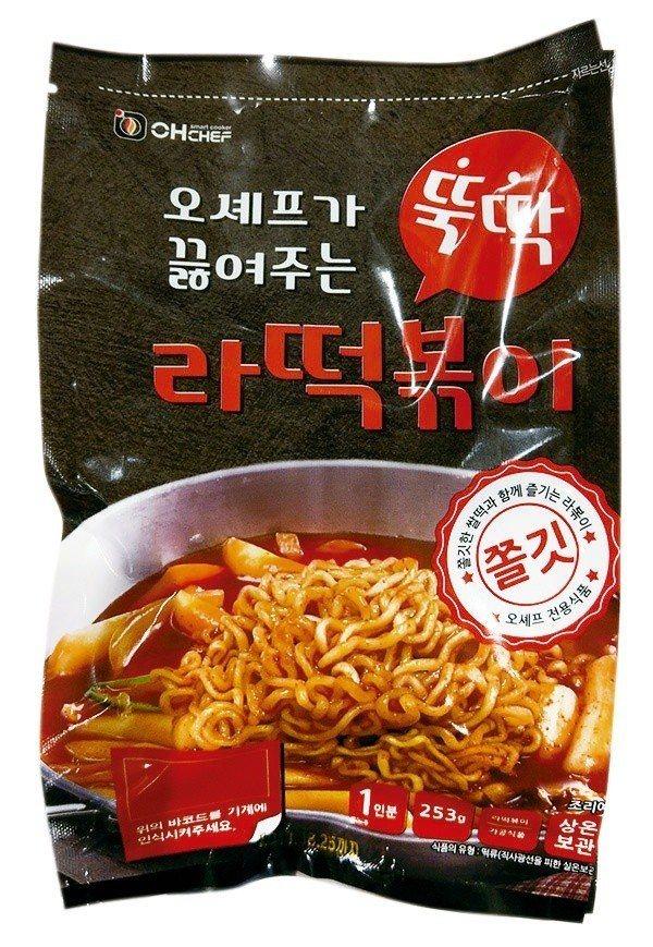新光三越超市韓國物產展,有許多特色韓式泡麵選擇。圖/新光三越提供