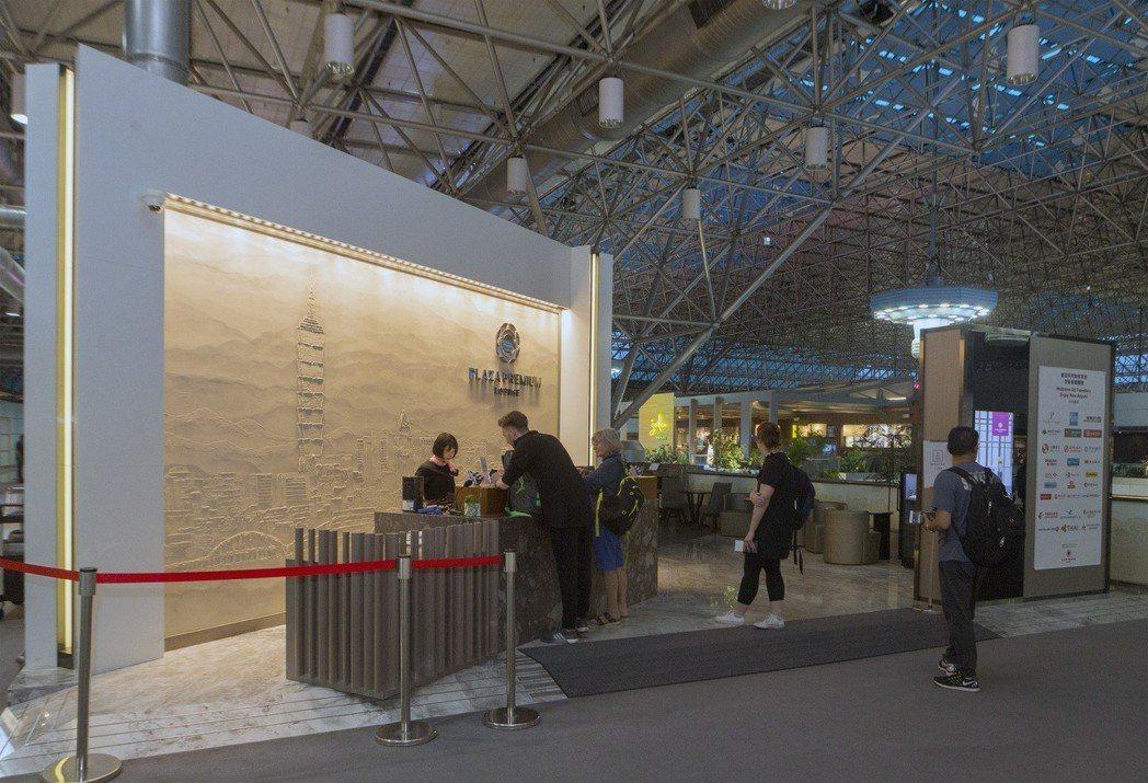 香港環亞集團設在桃園機場第2航廈的獨立貴賓室,大門口設置了台北101地標圖案。(...