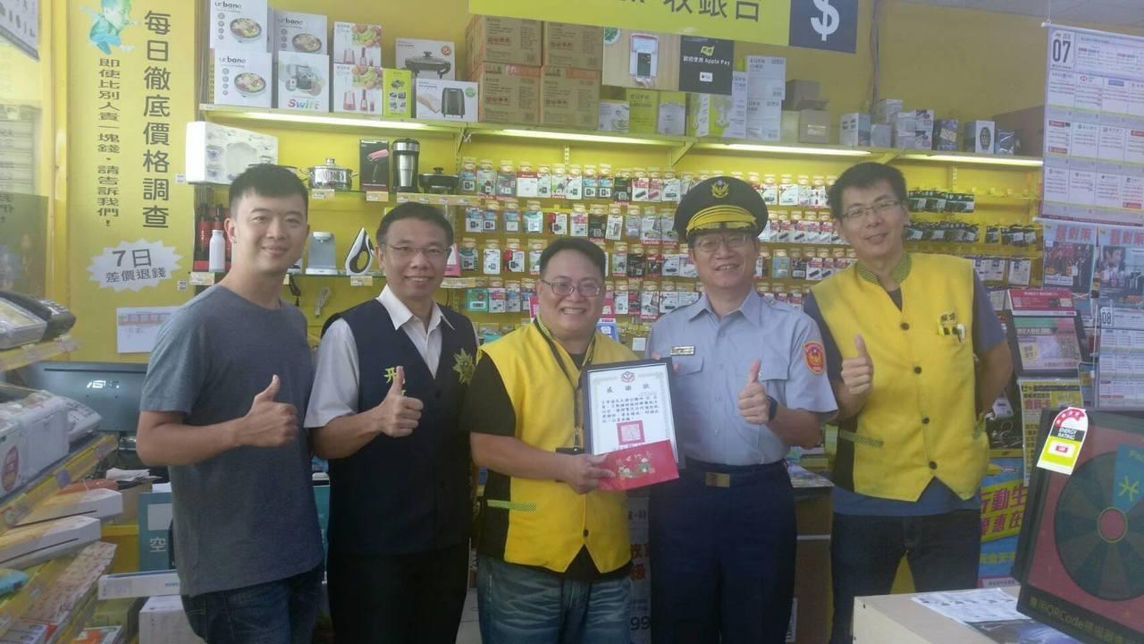 分局長許坤田親自赴超商、3C賣場等處,感謝3位店員機警向警方報案,及時攔阻詐騙。...