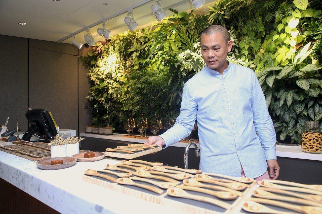 江振誠在媒體茶會分享自己四處探尋而來的在地優質食材。記者林柏東/攝影