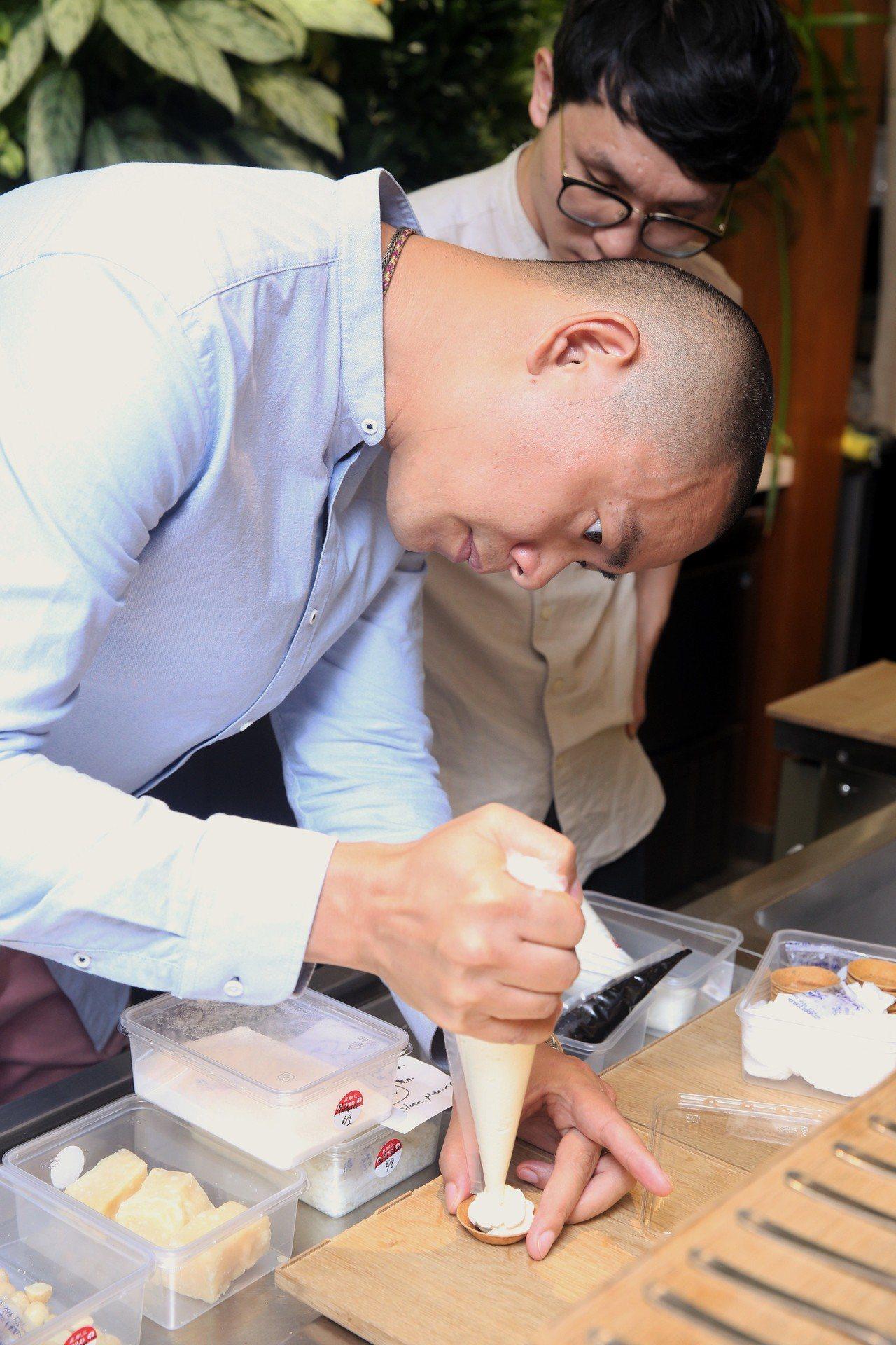 江振誠在媒體茶會現場製作茶點。記者林柏東/攝影