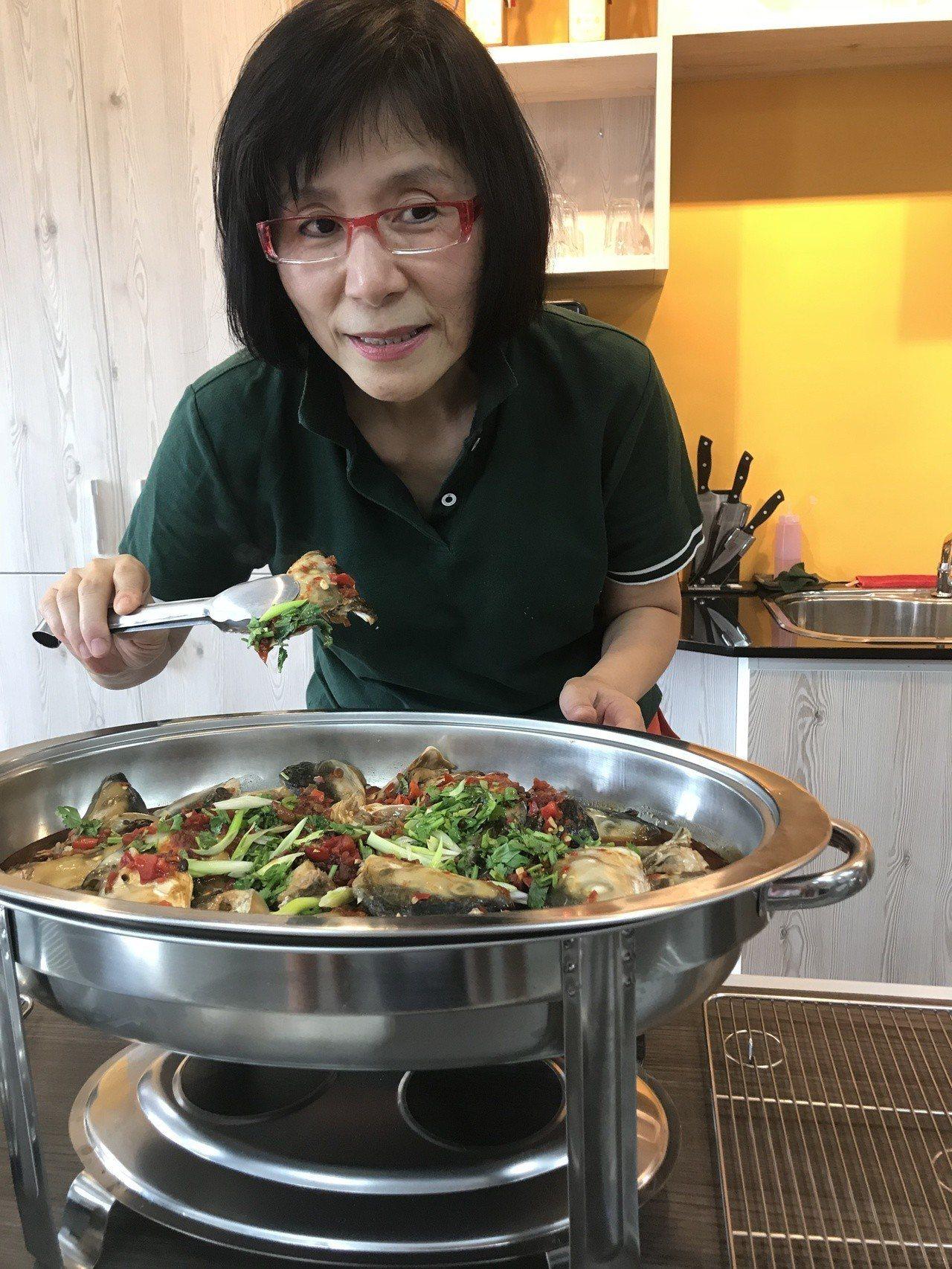 嘉義魚市場總經理鄭如玉今天邀集員工做虱目魚創意料理。記者姜宜菁/攝影