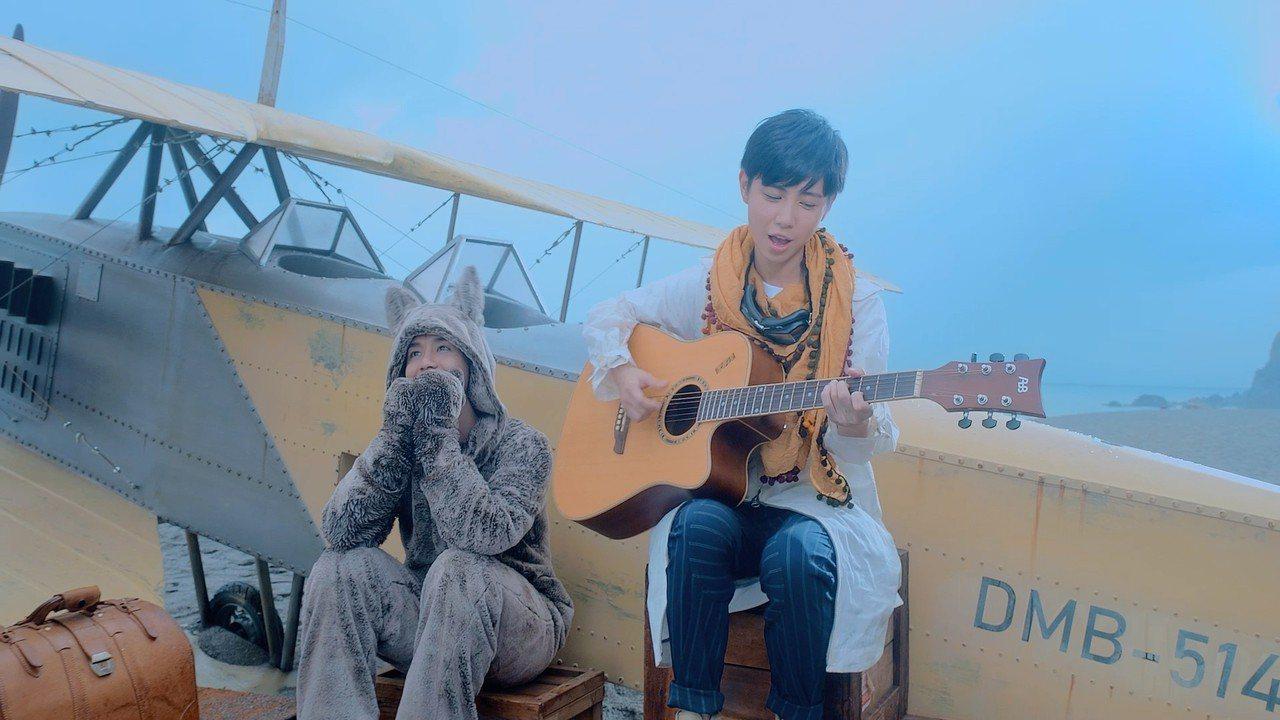 鼓鼓和魏嘉瑩一起到宜蘭海邊拍攝新歌MV。圖/相信音樂提供