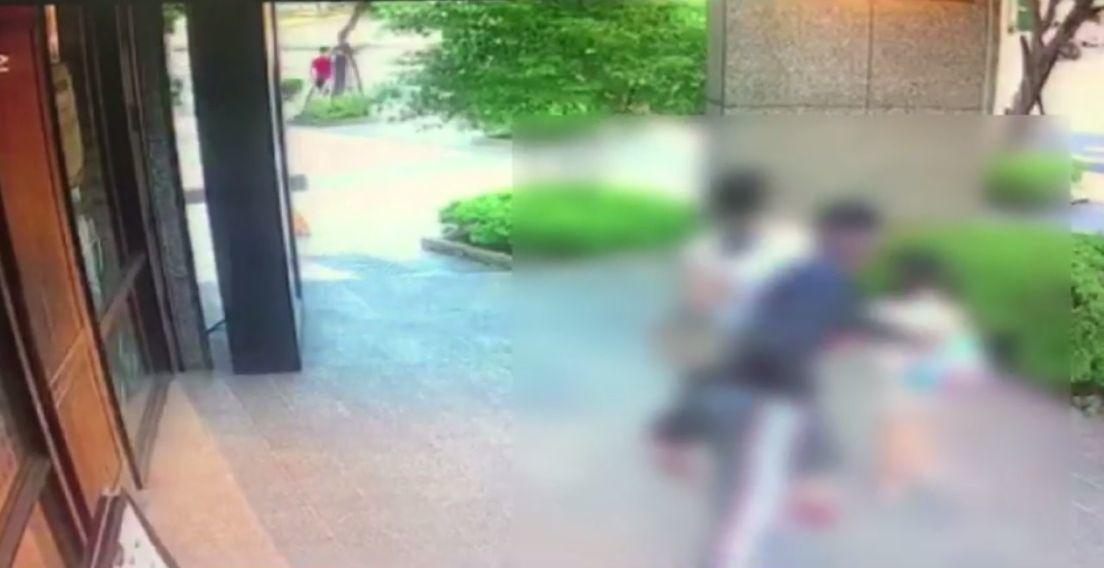 吳姓婦人牽7歲女兒徒步返家,途中遇不認識的周姓男子,周疑似要擄人,抓住女童背包。...