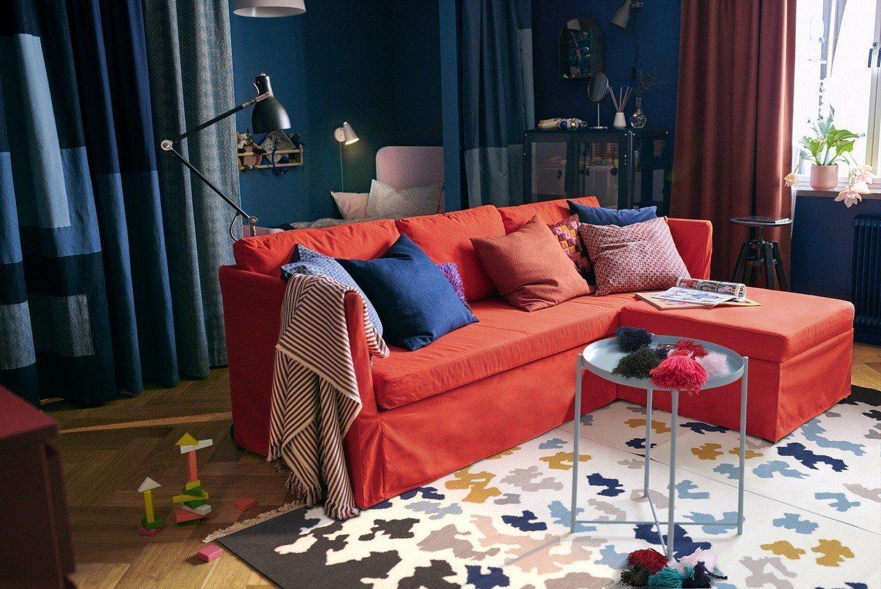 小公寓的生活空間都在客廳,善用沙發床及鮮豔織品,讓空間靈活起來。圖/IKEA提供