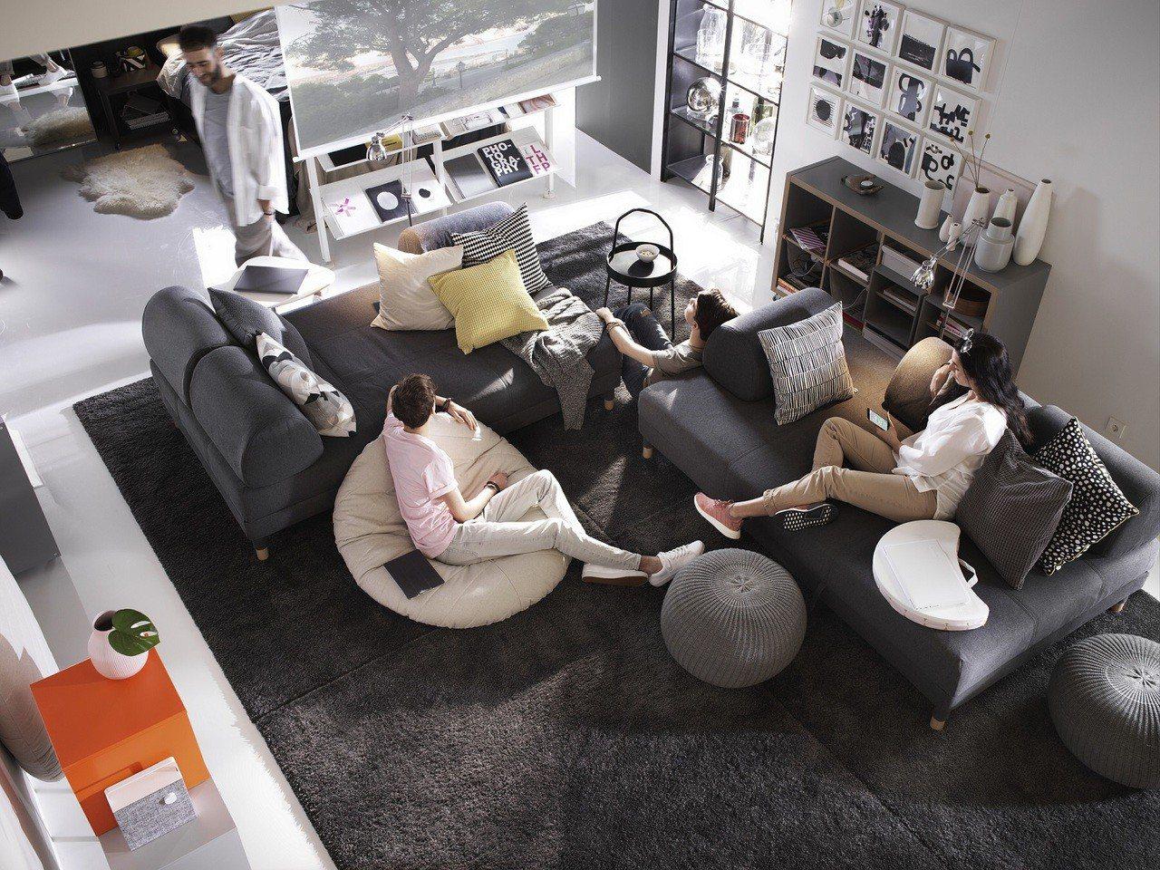 選擇沙發床、附輪腳層架組等彈性家具,滿足共居者多樣生活型態。圖/IKEA提供