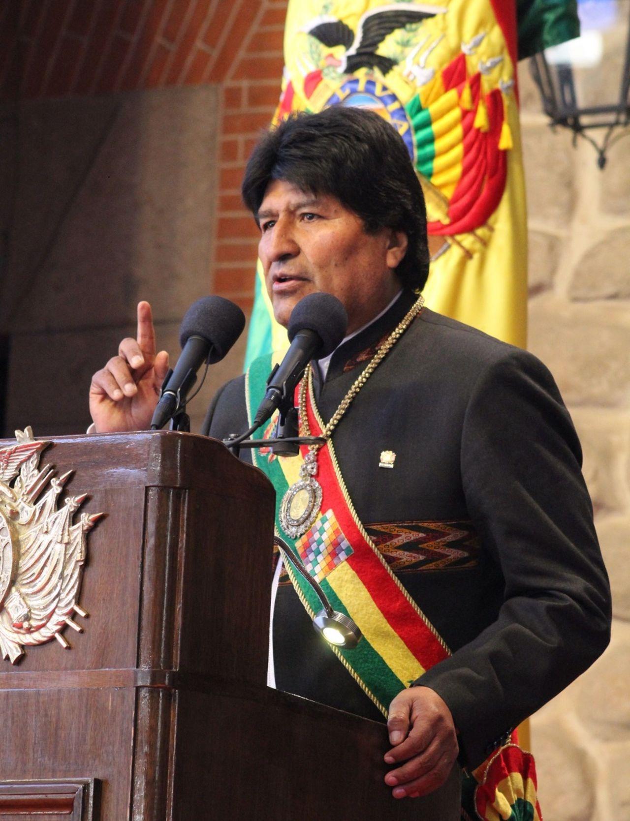 玻利維亞總統莫拉雷斯6日出席獨立紀念日活動時,佩戴總統勳章及綬帶。(法新社)