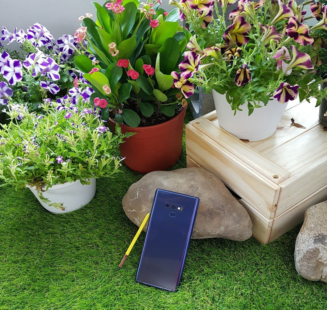 Samsung Galaxy Note 9湛海藍採用大膽撞色設計,配備黃色S P...