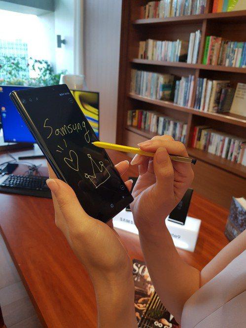 Samsung Galaxy Note 9在螢幕關閉時,可依據S Pen的顏色書...
