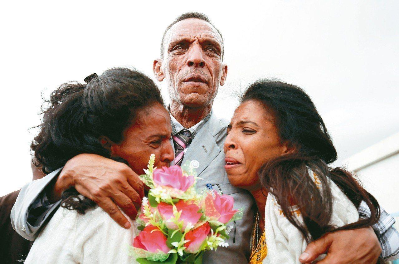 衣索比亞男子艾迪薩林和兩個女兒分開18年,終於在7月18日相見。 (路透)