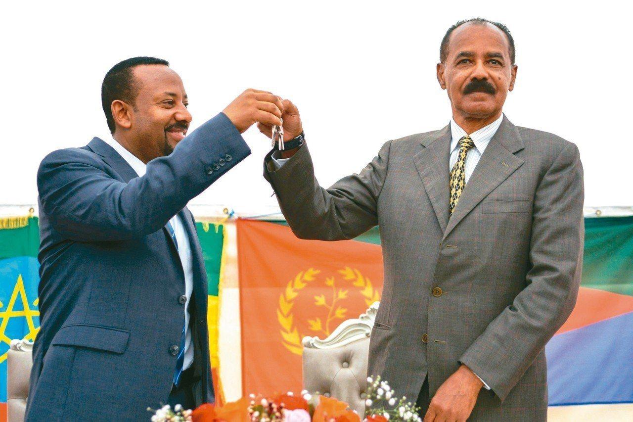 衣索比亞總理艾比伊(左)象徵性將厄利垂亞使館鑰匙交給厄國總統伊薩亞斯,慶祝兩國恢...