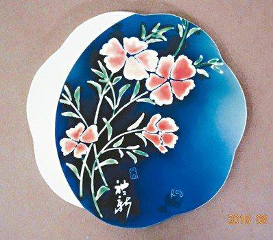 由英國設計師Rhiannon製作,再由景德鎮陶瓷學院老師吳禮新以中式花卉設計彩繪...