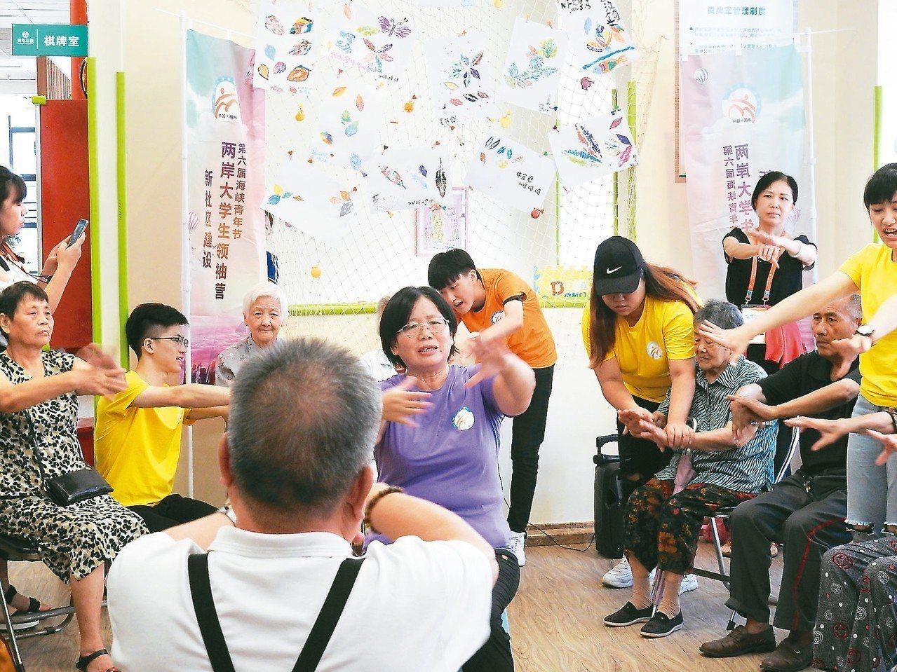台灣人沈雪華(穿紫色T恤),與穿橘色、黃色T恤台灣社工系的大學生,協助行動不方便...
