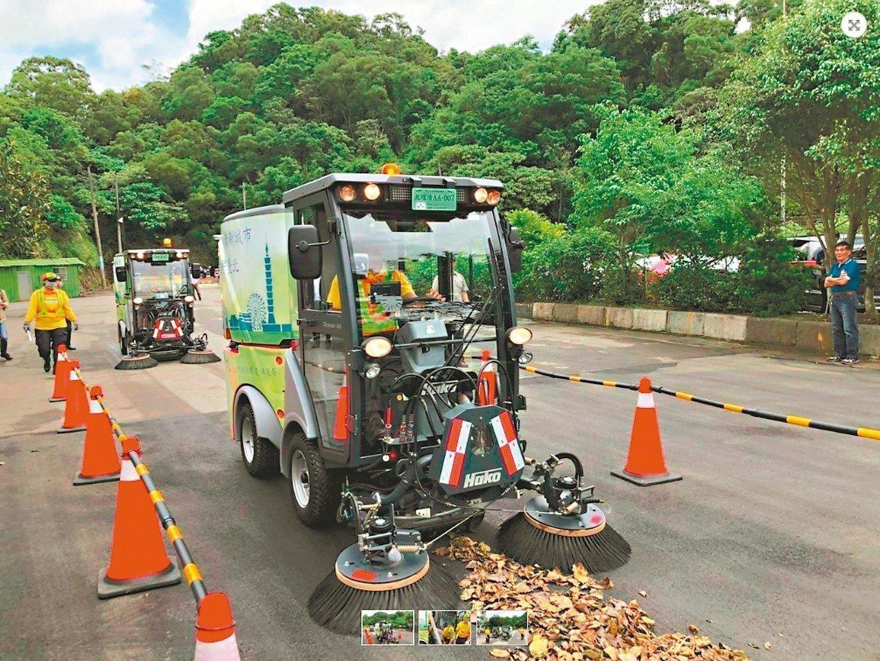 台北市政府環保局去年斥資兩千多萬添購小型掃街車,卻遭市議員質疑,市府購置的類型屬...