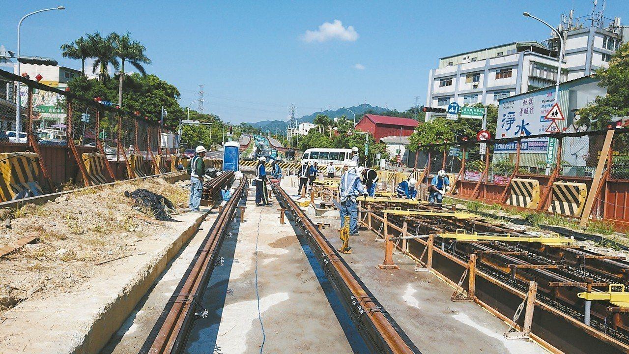安坑輕軌目前正在僑信路口施作軌道組立及澆置混凝土作業。 圖/新北市交通局提供