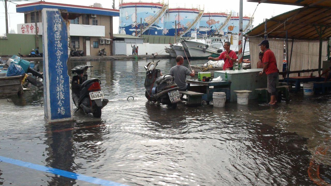 高市旗津區上月因海水漲潮造成淹水,分不開路面和海面。 圖/本報資料照片