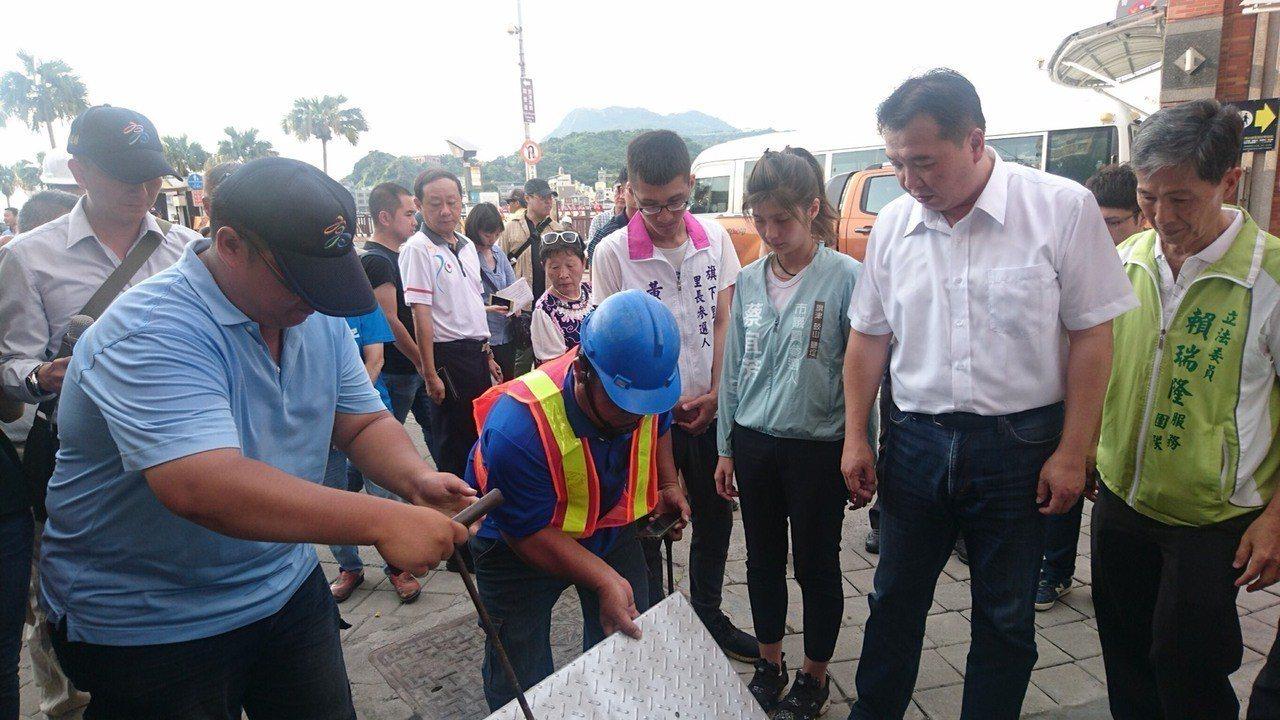 高雄市代理市長許立明昨前往旗津區視察相關應急工程。 圖/高市水利局提供