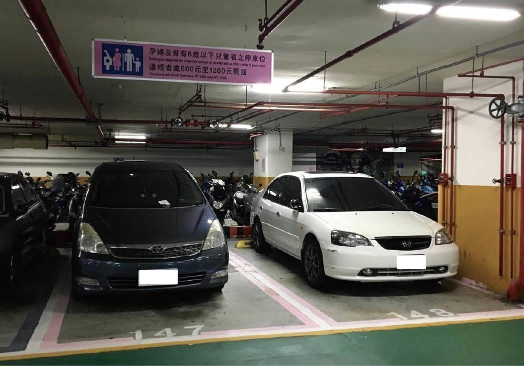 台北市一○一大樓旁的信義廣場地下停車場,四個孕婦幼兒車位裡,有3個車位遭沒有停車...