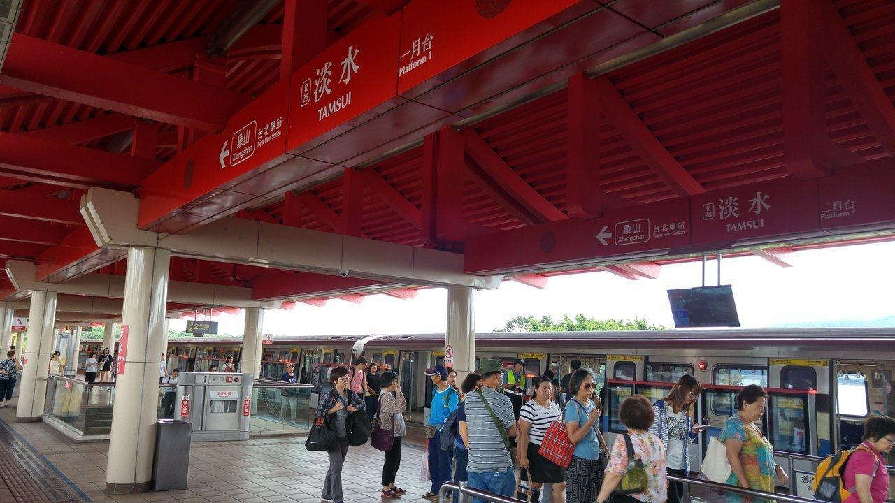 台北捷運淡水站上月有站務員到班後身體不適,送醫後死亡。 圖/聯合報系資料照片