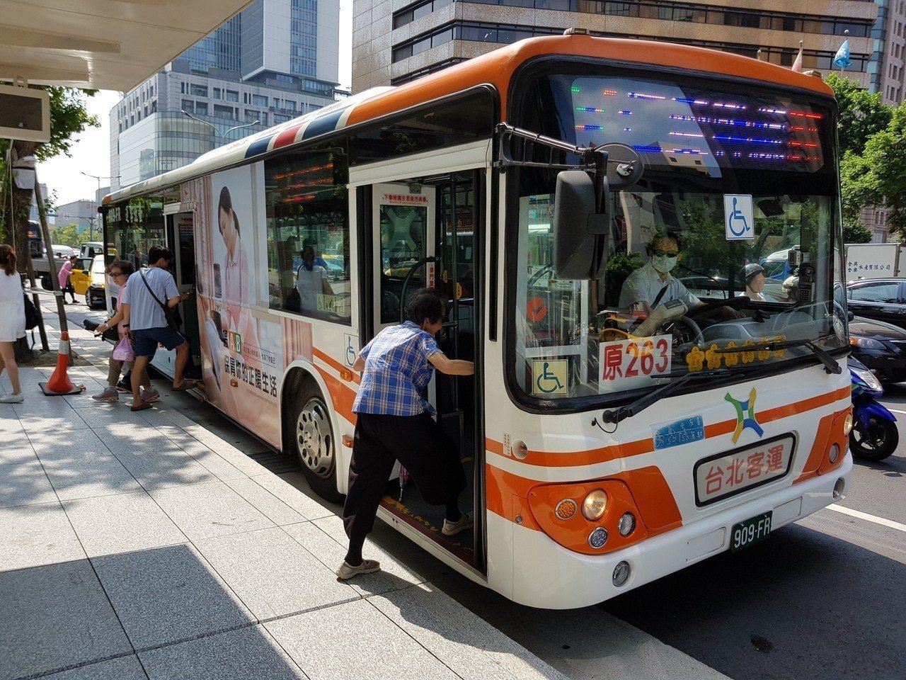 北市公車票價相關補貼預算月來越高,明年度預算近50億元,當中含定期票與幹線公車的...