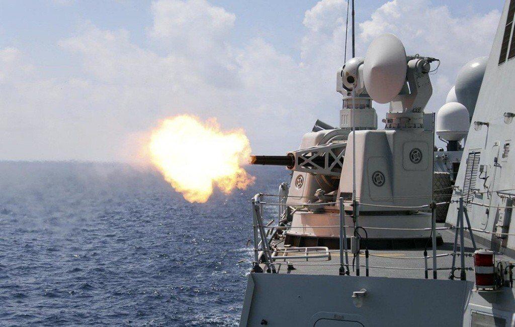 圖為解放軍艦艇實施實彈射擊演練。中新社資料照