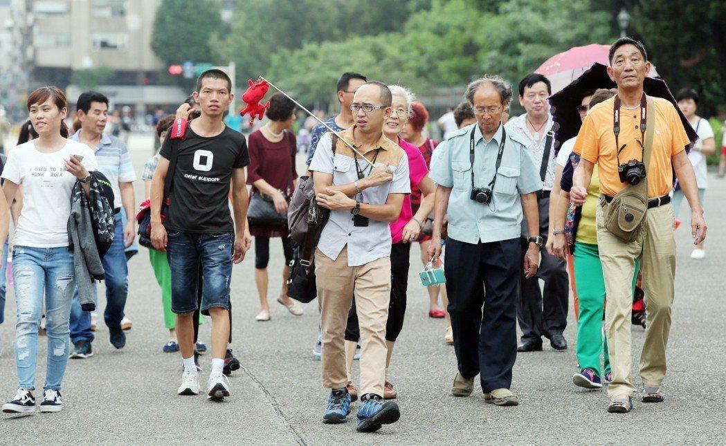 陸客是我國主要外來觀光客,國內多家飯店在簡體子網頁標示「中國台灣」,引爆國人怒氣...